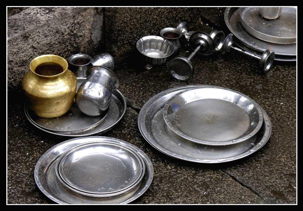 Indien2, Geschirr in einem Tempel