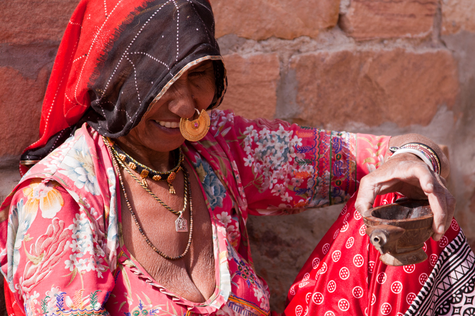 Indische Frau bereitet Tee zu