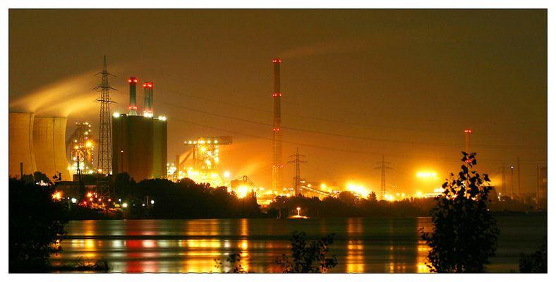 Industrie bei Nacht in Duisburg