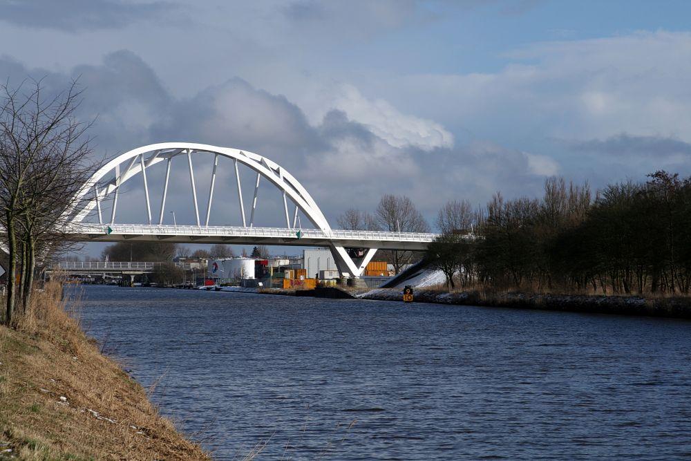 Industrieanlage zwischen 2 Brücken