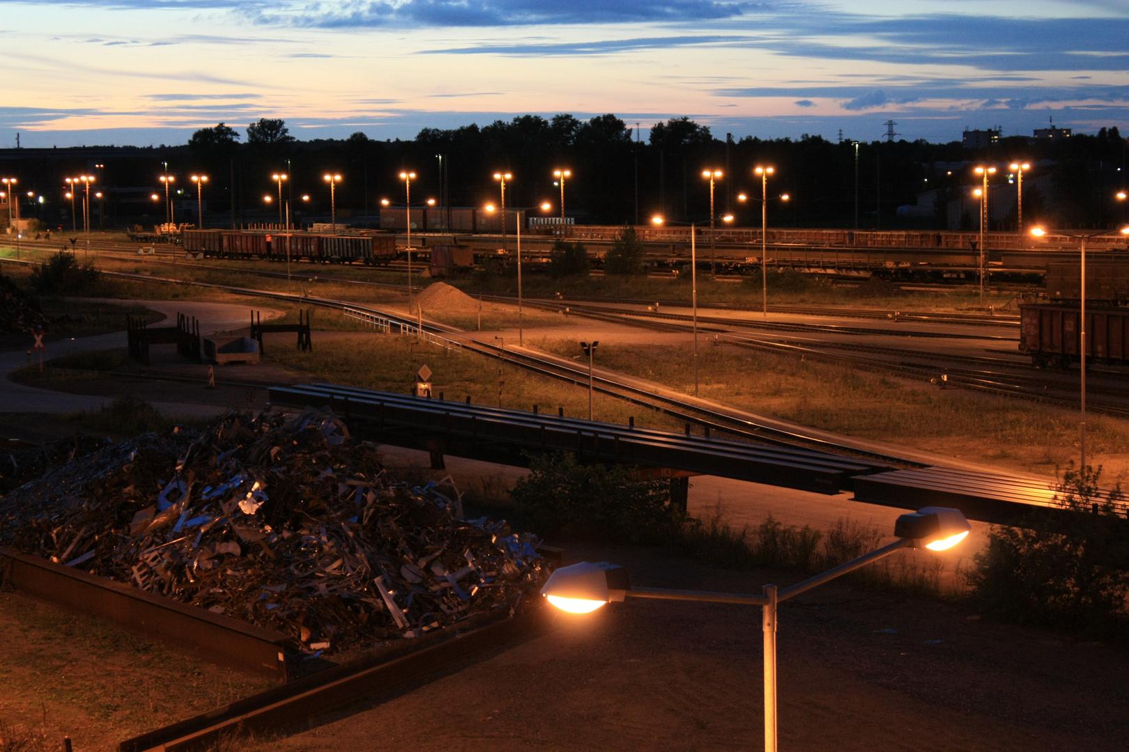 Industriebahnhof bei Nacht