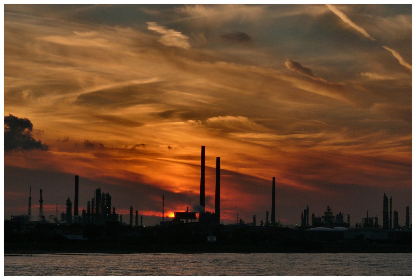 Industrielandschaft im Licht der untergehenden Sonne