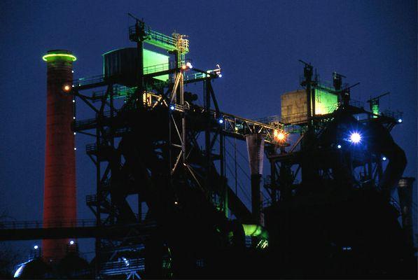 Industriepark im bunten Licht