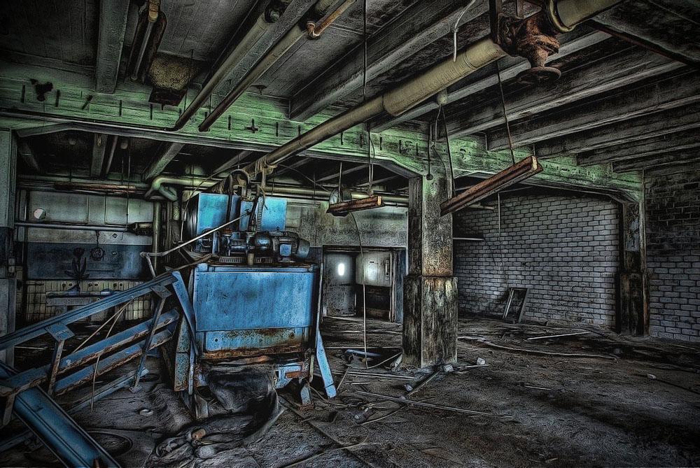 Industrieruine - Halle mit Maschine