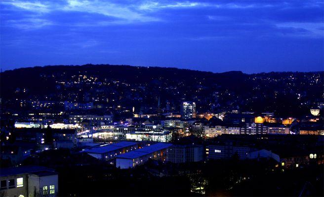Industriestadt Wuppertal zum späten Abend