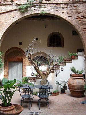 Innenhof eines Restaurants in Torrita di Siena