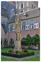 Innenhof mit Säule im Kloster von Xanten