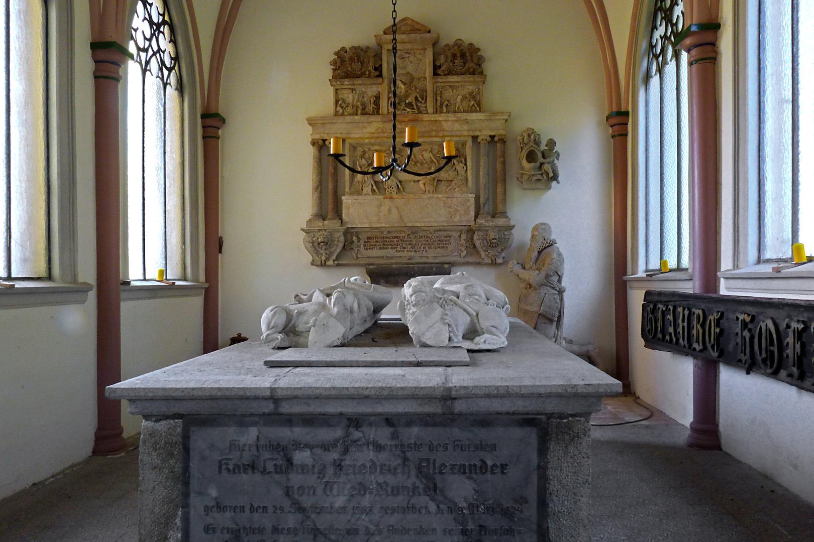 Innenraum des Mausoleums in Dierdorf / Westerwald (mit Liegefiguren und Freifigur)