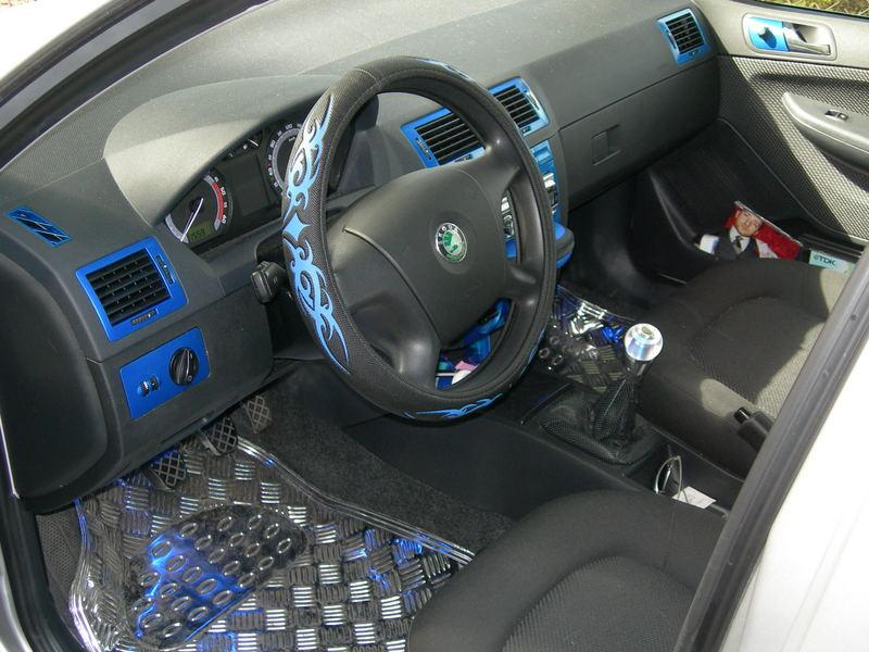 Innenraum mit blauem Lack