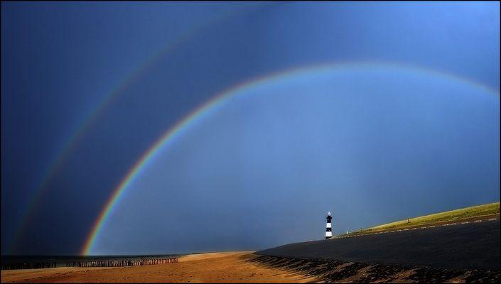 Innerhalb des Regenbogens ist das Licht heller als außerhalb desselben