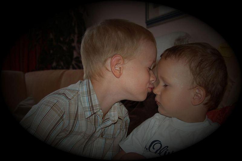 inniger Moment von kleinen Brüdern