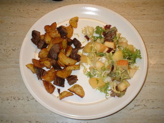 Innsbrucker Gröstl und Wellness-Salat mit Macadamia-Nüssen