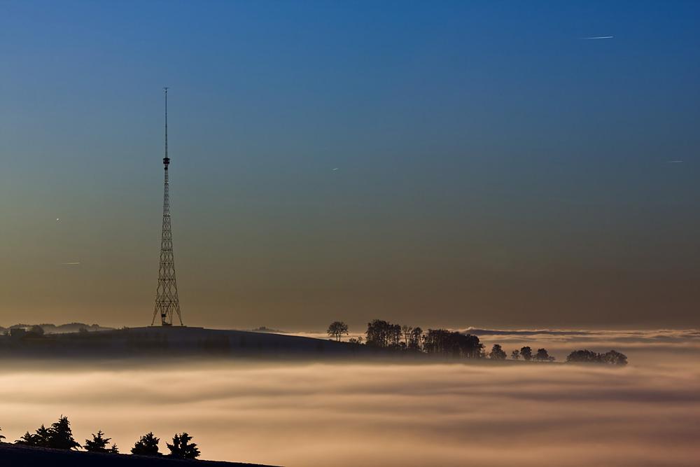 Insel im Nebel (Sendeturm Beromünster)