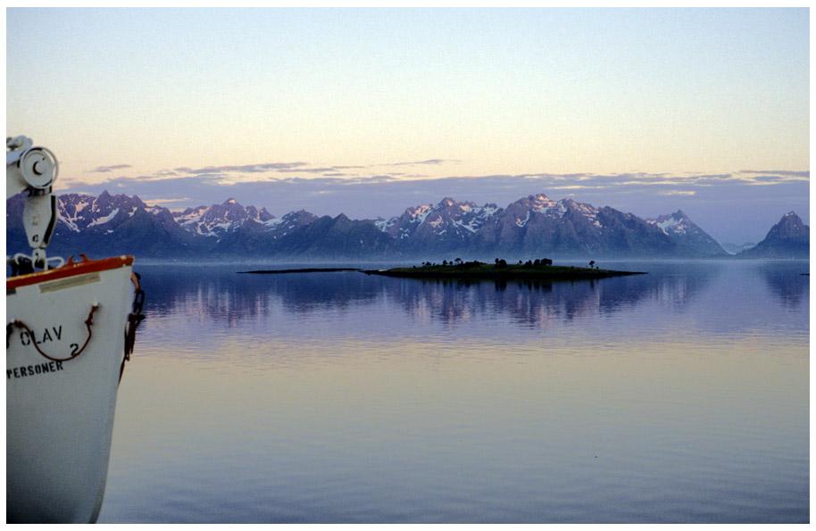 Insel - Wasser - Berge (etwa um Mitternacht)