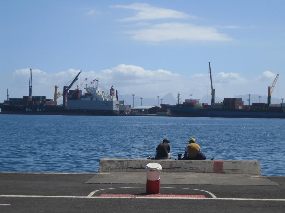 Installations portuaires à Papeete.