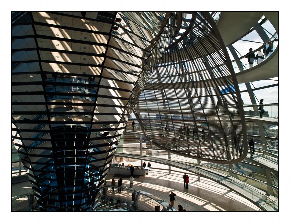 Interior visera solar cúpula del Reichstag ( Berlín )
