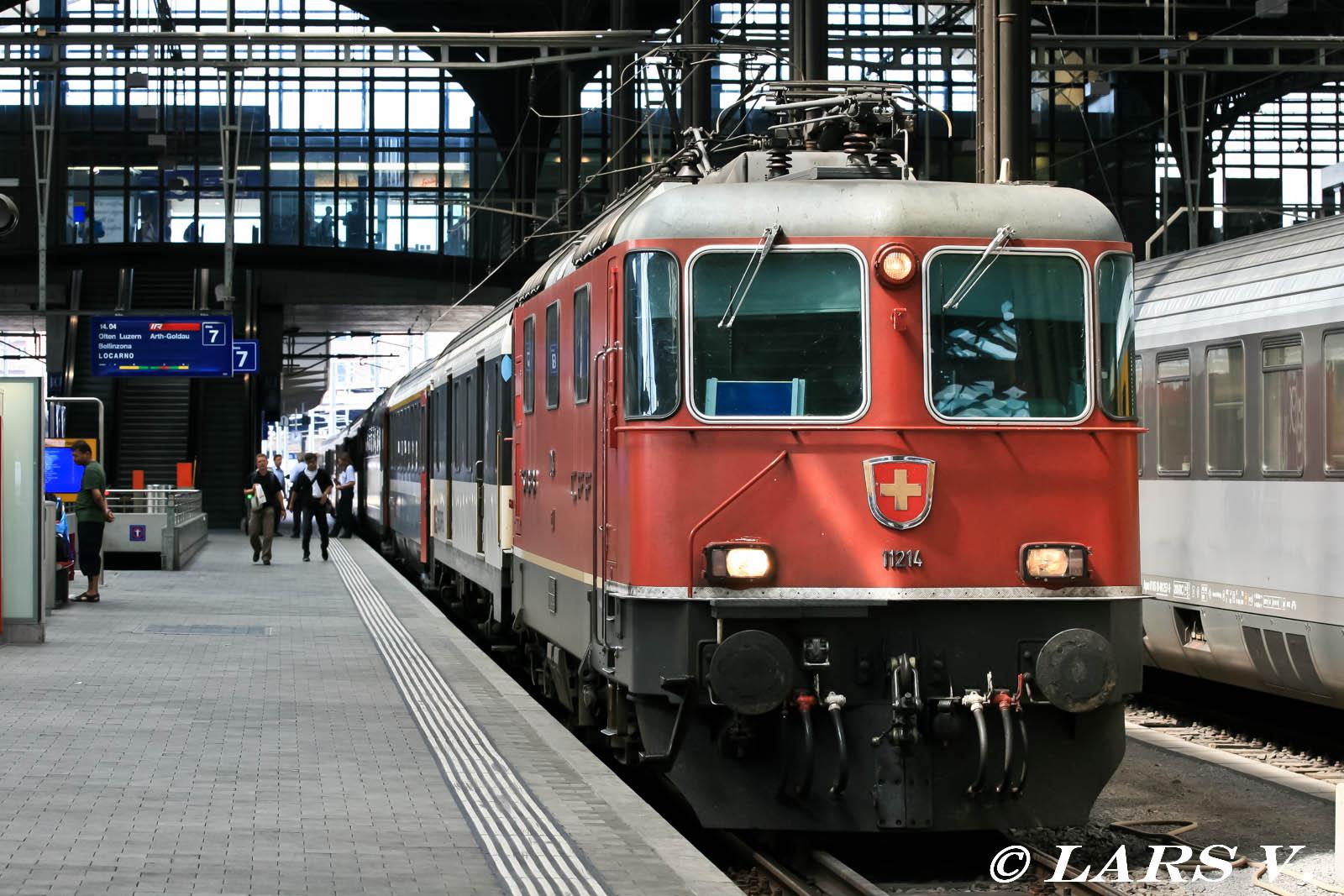 Interregio abfahrbereit auf Gleis 7 in Basel SBB nach Locarno