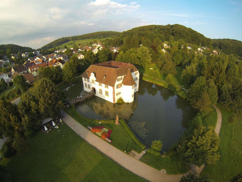 Inzlinger Wasserschloss aus der Luft fotografiert