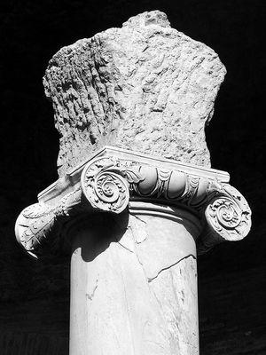 Ionische Säule in der Villa Adriana  in Tivoli