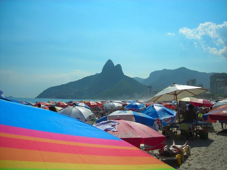 Ipanema - Domingo - Meio dia = Ipanema - Sunday - 12pm. / Serie: Life in Rio.
