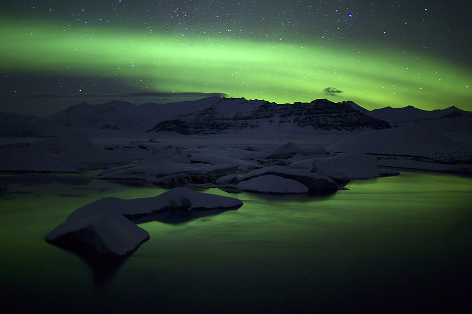 Island im Winter – Feines Polarlicht über der Gletscherlagune: