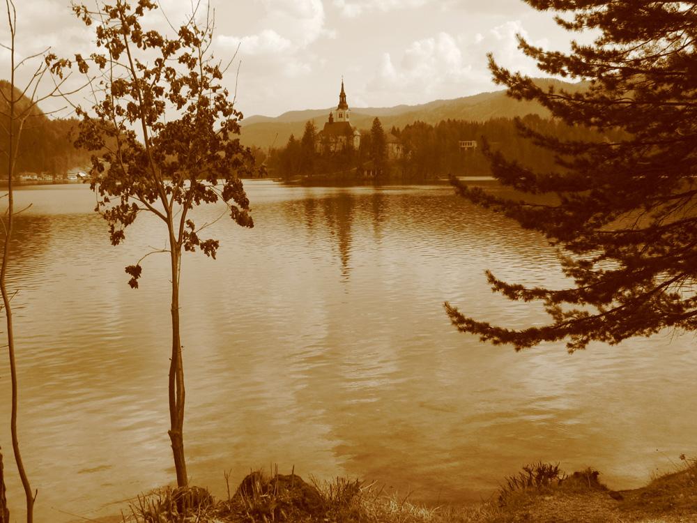 isole lontane e vicine (lago di bled)
