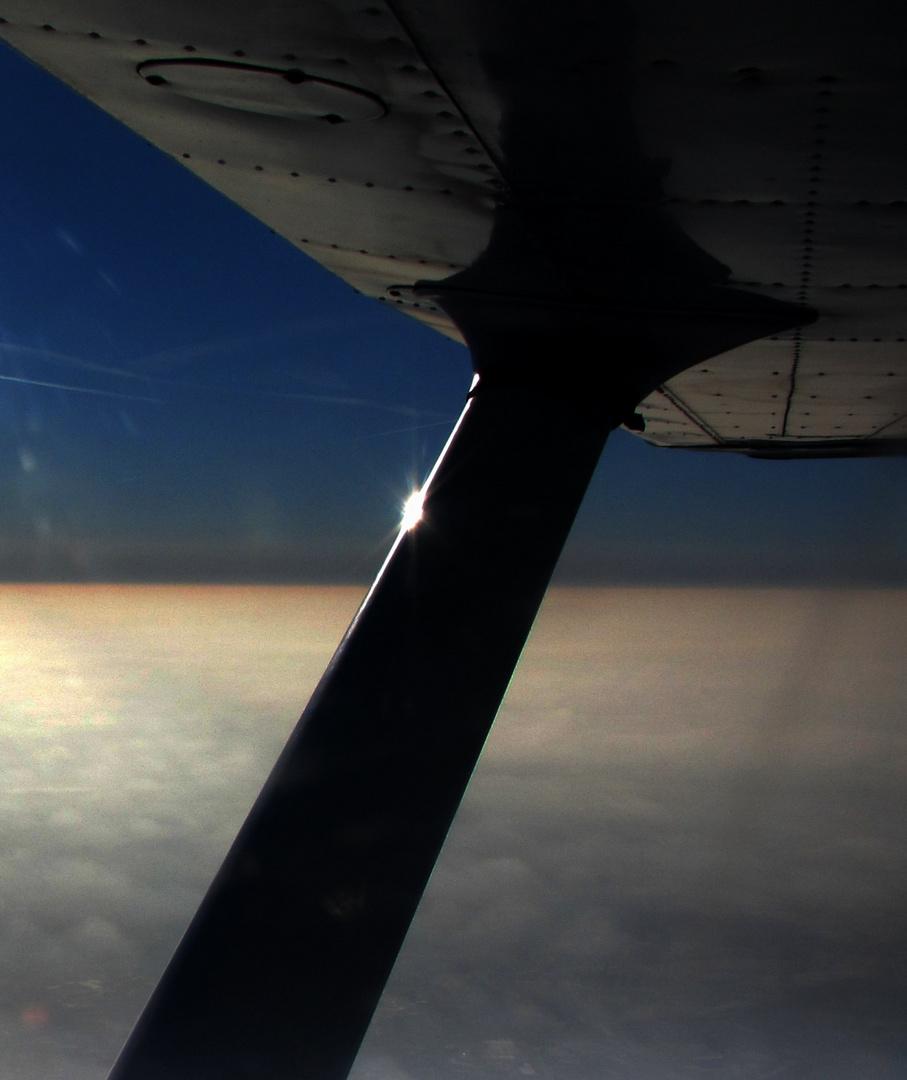 Ist das Flugzeug fein poliert, sich ein Lichtstrahl hierhin verliert...