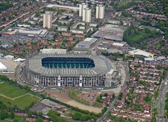 Ist das nicht das berühmt-berüchtigte Wembley Stadion?