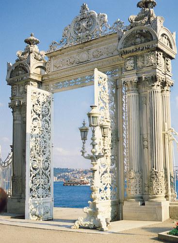 Istanbul-Dolmabahce. Tor zum Bosporus