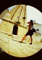 italienische touristin macht beim fotografieren gute figur
