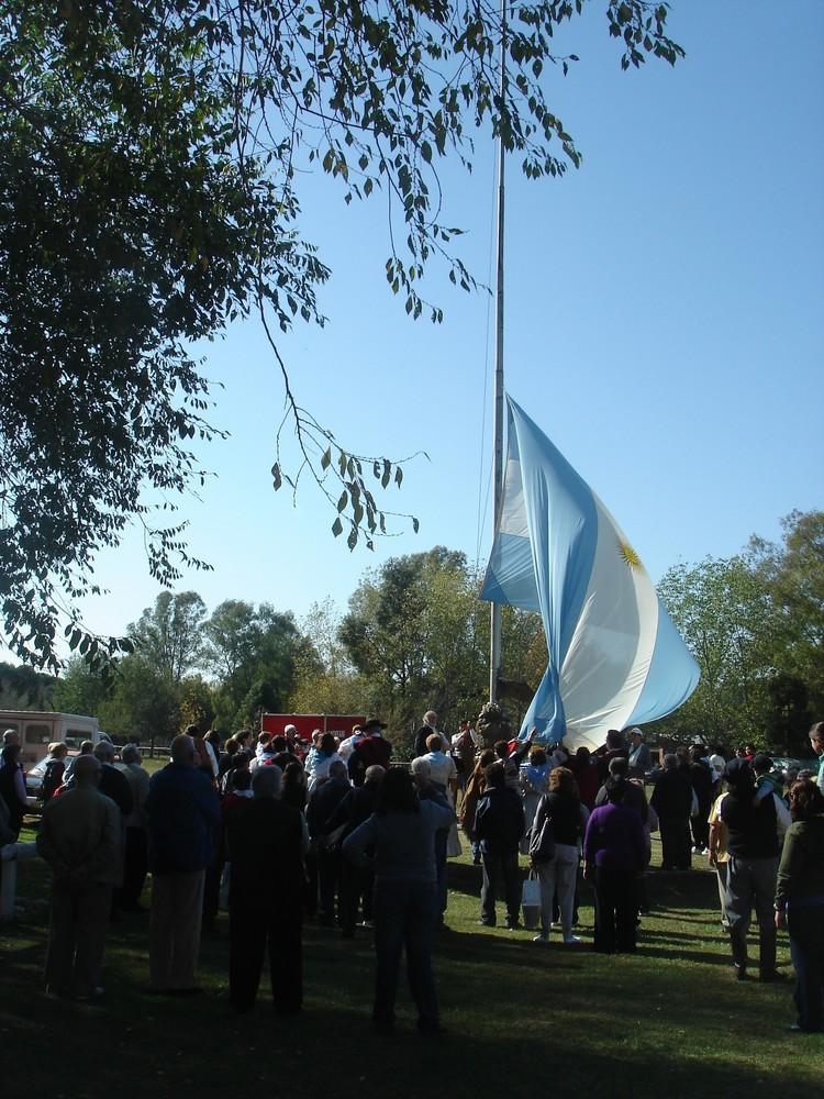 izando la bandera Argentina circulo criollo el rodeo