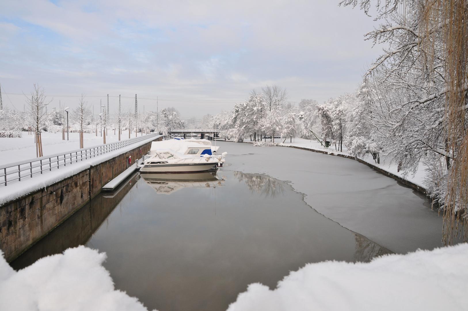 Jachthafen erstarrt unter Eis und Schnee