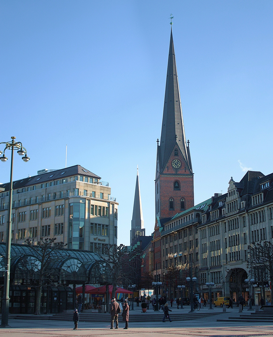 Jacobi und Petri auf einen Blick vom Hamburger Rathausmarkt