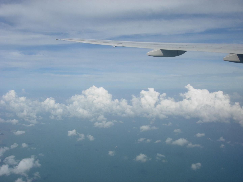 J'allais vers l'Australie-La rontondité de la Terre, vue la tête dans les nuages et assise.....