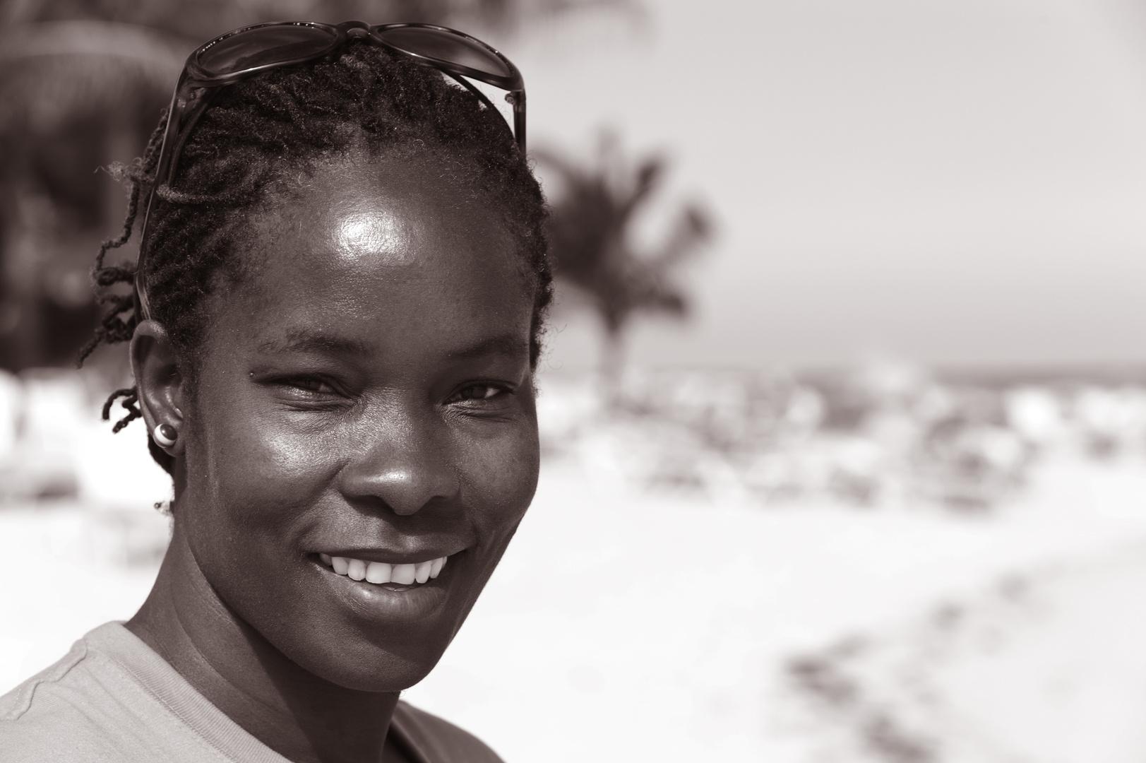 Jamaikanerin am Strand vom Breezes Grand Lido Braco in Rio Bueno