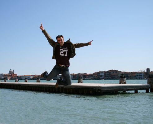 Jan is jumping in Venezia.