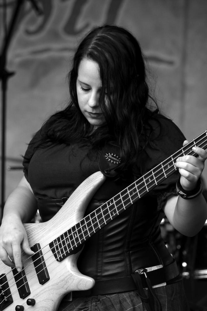 Jane in Schwarz Weiß. Ehemalige Bassistin von Vroudenspil