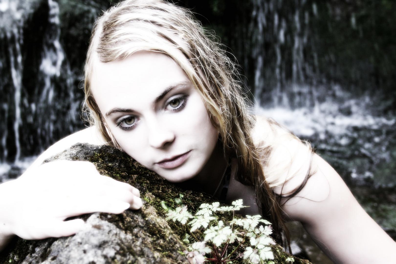 Janine am Wasserfall