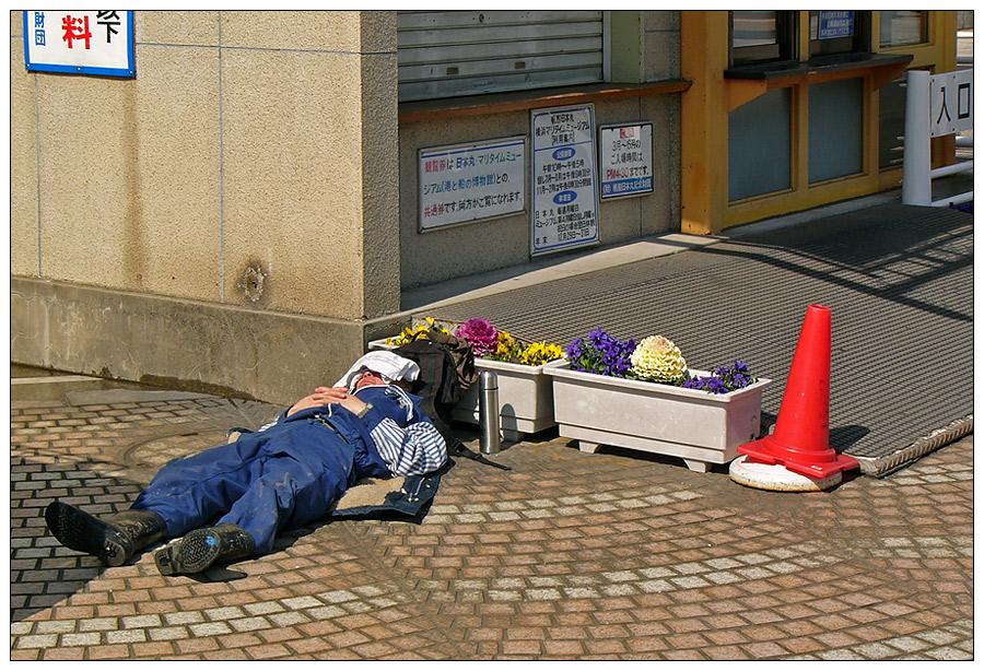 Japanischer Bauarbeiter bei der wohlverdienten Mittagsruhe