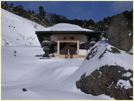 Japanischer Schrein im Schnee