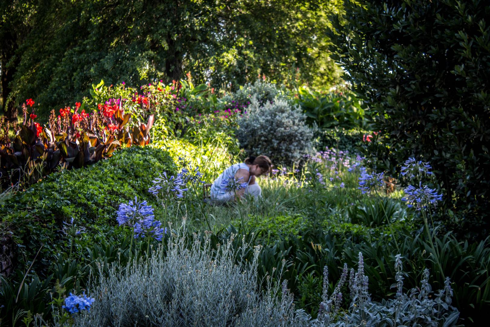 Jardinera en su jardín