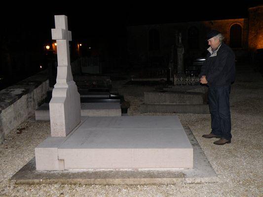 Jean-Claude Bouvarel, gaulliste depuis toujours, se recueille sur la tombe de Charles de Gaulle