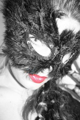 Jeder trägt eine Maske-2