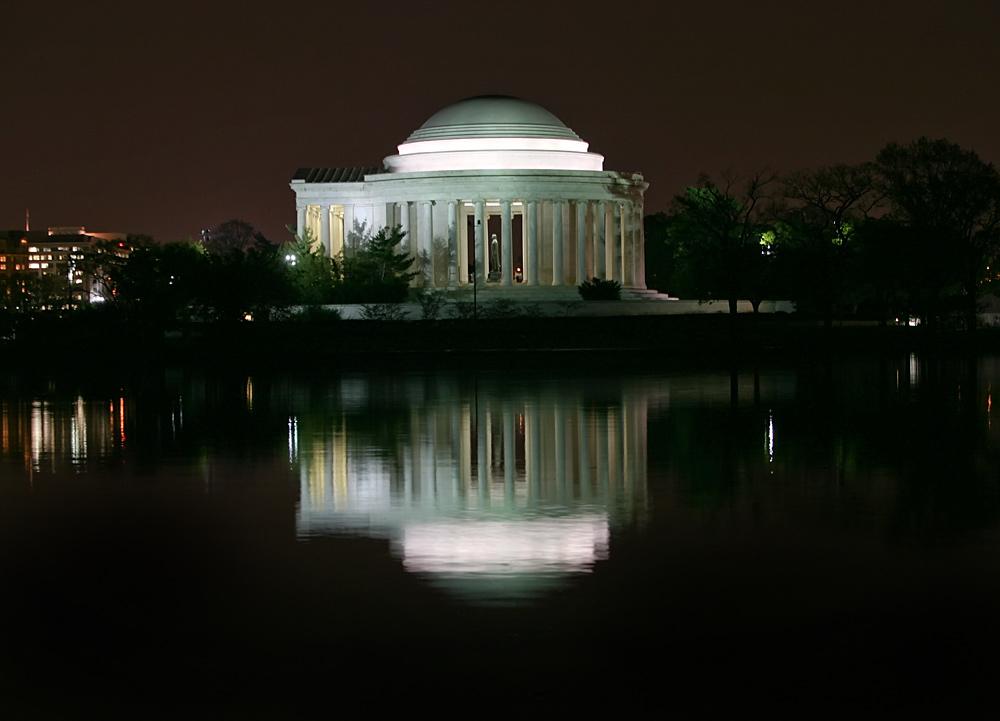 Jefferson Monument at night