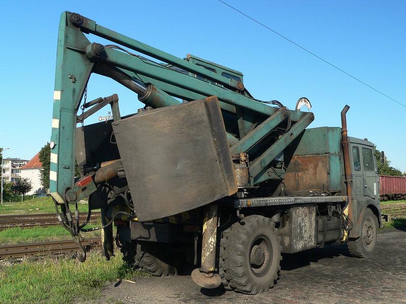 Jelcz Bagger LKW mit mächtiger Schaufel im Bahnhof von Gizycko (Lötzen)