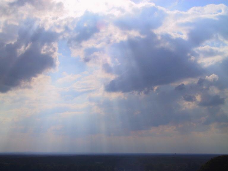 Jemand sendet Strahlen durch die Wolken