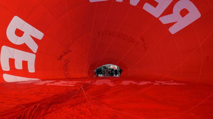 Jetzt bloß nicht die Brenner einschalten. Tolles Erlebniss so einen Ballon von innen zu sehen.