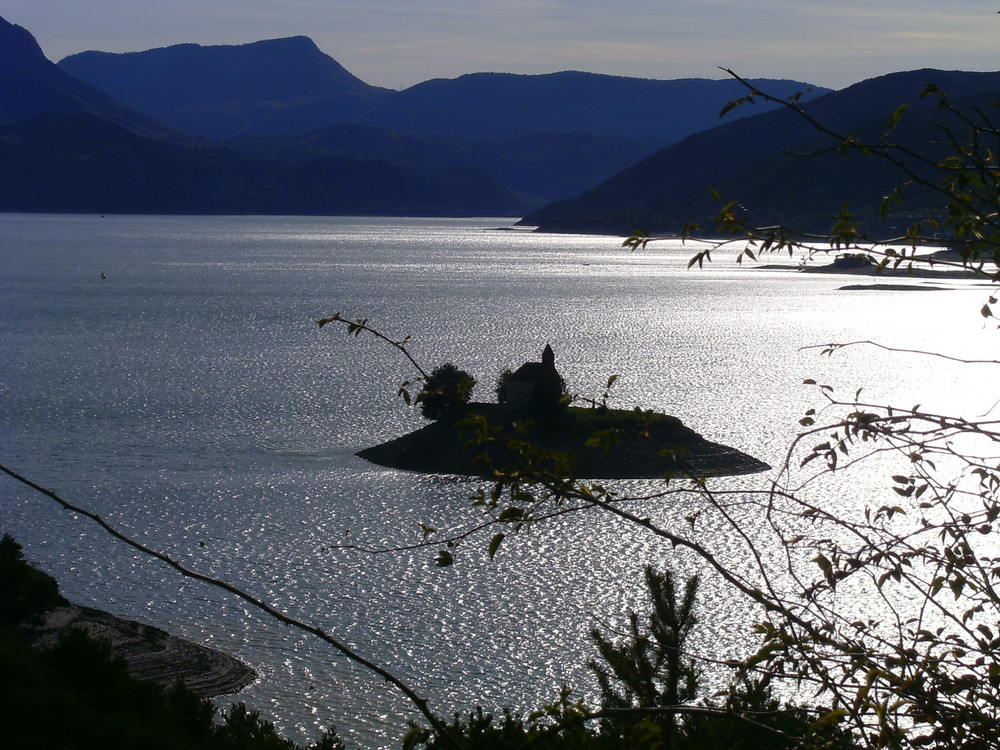 jeu de lumieres sur le lac de serre-poncon