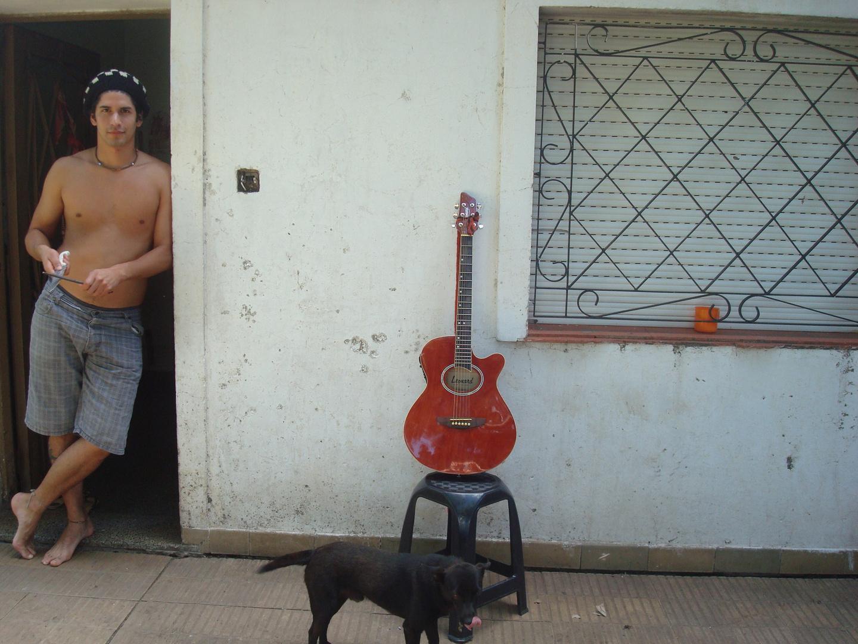 Jeune argentin se préparant pour couper un cochon de lait.