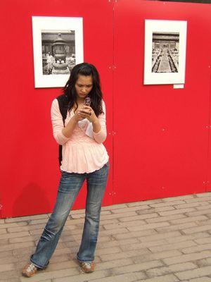jeune chinoise au téléphone devant la cité impériale à Pékin.